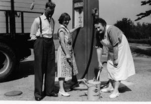 Jan van Osterom met sigaar bij de benzinepomp