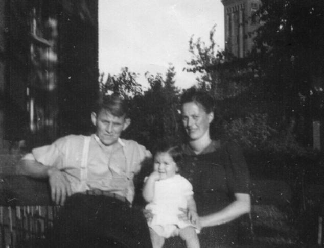 Wimke Derks van de Ven, echtgenote Mien en dochter Josefien